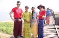 คูลเจถ่ายรูปกับชาวพม่าที่สะพานไม้อูเบ็ง