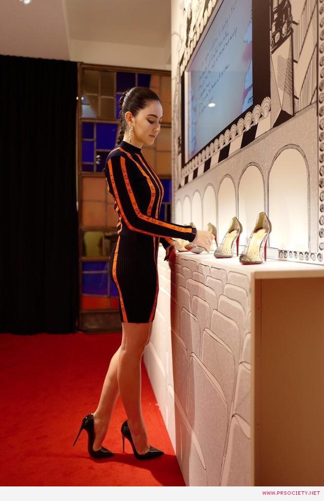 6 ชุดเดรสรัดรูปลายทางส้ม-ดำ จาก Versace