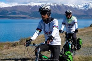 ตูน - โจอี้ บอย ปั่นจักรยานบนเส้นทางริมทะเลสาปพูคากิ