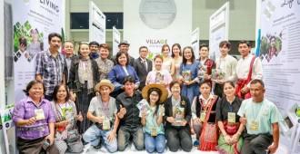 ผู้บริหาร ศิลปินดาราและผู้นำชุมชนถ่ายภาพร่วมกัน