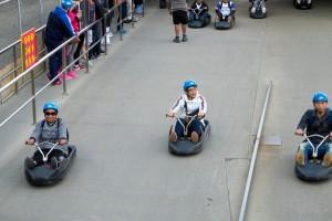 โจอี้ บอย กำลังขับลู้ดจ์ ไรด์ (Luge ride)