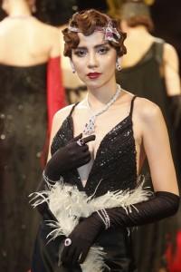 8) สร้อยคอ (สวมที่ศรีษะ)  จาก Beauty Gems และสร้อยคอ (สวมที่คอ) จาก Premier Gems