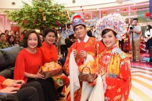 """10.ณิชา-อาเล็ก นำ """"ส้ม"""" ผลไม้มงคลของคนจีน มามอบให้ทีมผู้บริหาร พาราไดซ์ พาร์ค"""