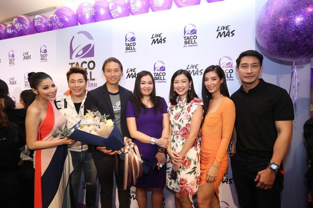 16. เหล่าเพื่อนดารานักแสดงร่วมแสดงความยินดีกับกึ้ง