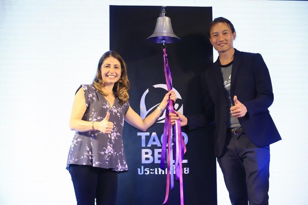 """5. สองผู้บริหาร """"ทาโก้ เบลล์"""" สั่นระฆังเปิด """"ทาโก้ เบลล์"""" สาขาแรกในเมืองไทย"""