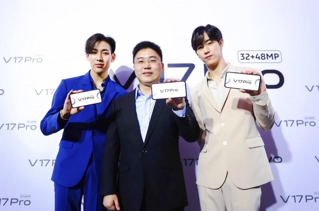 แบมแบม(ซ้าย)คุณเหยา อี้ หมิง ประธานกรรมการบริษัท วีโว่ ประเทศไทย(กลาง)มาร์ค ต้วน(ขวา)
