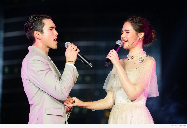 13.โชว์ร้องเพลงคู่กัน