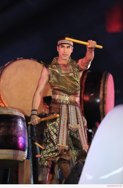 5.ณเดชน์ ร่วมโชว์การแสดงในชุด Rhythm of Success เกียรติไทยกึกก้องทั่วโลกา