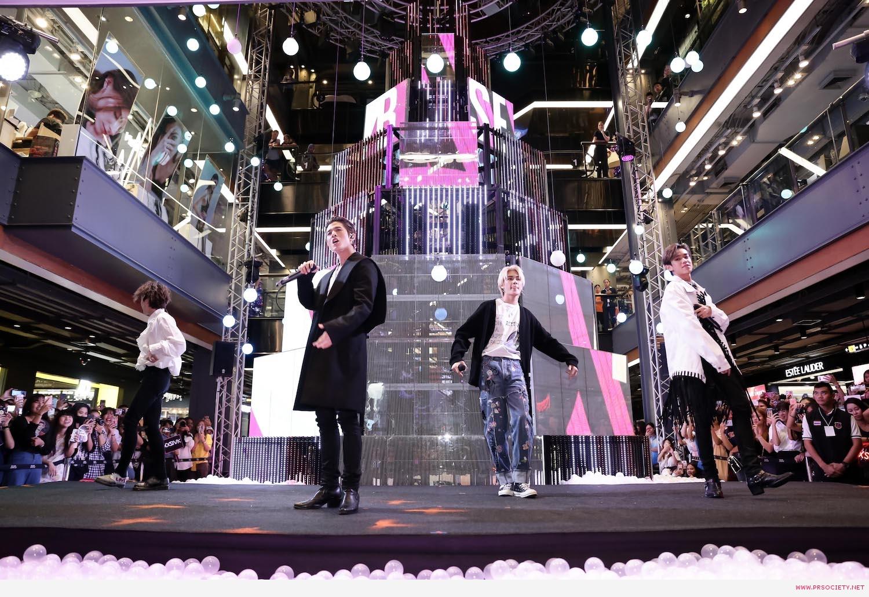 6.หนุ่มสุดฮอตแห่งวง Trinity เปิดต้นคริสต์มาสมัลติมีเดียสุดล้ำ ในงาน Siam Center The Magical Playground Celebration 2020