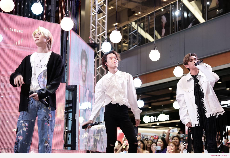8.หนุ่มสุดฮอตแห่งวง Trinity เปิดต้นคริสต์มาสมัลติมีเดียสุดล้ำ ในงาน Siam Center The Magical Playground Celebration 2020