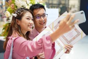 10.หลายคู่รักควงกันมาจดทะเบียนสมรสในวันวาเลนไทน์