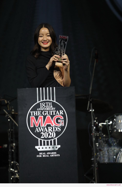 """รางวัล """"นักร้องหญิงยอดนิยมแห่งปี"""" ได้แก่  """"วรันธร เปานิล (อิ้งค์)"""" สังกัด Boxx Music_บนเวที"""